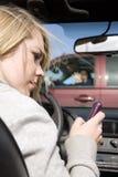 девушка аварии texting Стоковые Фотографии RF