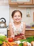 Девушка давая плиту вишен Много фруктов и овощей на таблице в домашней кухне внутренней, здоровой концепции еды Стоковые Изображения