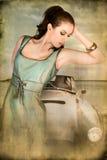 девушка автомобиля около старой бесплатная иллюстрация