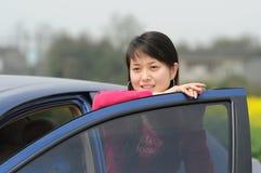 девушка автомобиля около s стоковая фотография