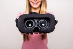 Девушка дает виртуальную реальность стоковая фотография rf