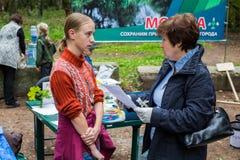 Девушка активист охраны природы природы с Alpatova Ольгой Стоковое Изображение
