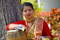 Девушка ассамца в традиционной одежде представляя с Dhol, Пуне, махарастре стоковая фотография rf
