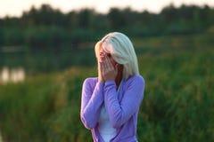 Девушка атакованная москитами Стоковая Фотография