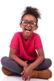 Девушка афроамериканца усаженная на пол стоковые изображения rf