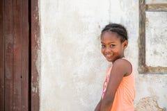 Девушка Афро Портрет молодой застенчивой кубинской девушки стоковая фотография rf