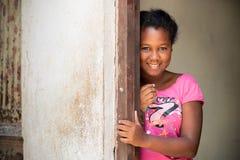 Девушка Афро Портрет молодой застенчивой кубинской девушки стоковое изображение rf