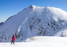 Девушка альпиниста стоя в идти снег ландшафте с mou высоты стоковые изображения rf