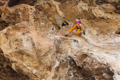 Девушка альпиниста утеса в Geyikbayiri стоковое изображение
