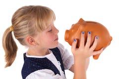 девушка банка целуя немногую piggy Стоковые Изображения