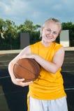 девушка баскетбола подростковая Стоковые Изображения