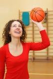 девушка баскетбола шарика бросает детенышей Стоковые Изображения RF