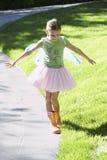 Девушка балансируя на крае пути на парке Стоковое фото RF