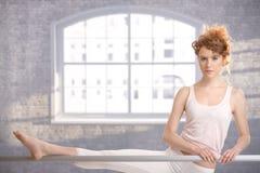 Девушка балерины практикуя адвокатским сословием Стоковые Фотографии RF
