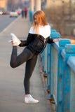 Девушка бегуна протягивая перед идущей практикой Стоковое Изображение RF