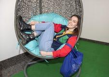 Девушка бедра 17 годовалая ослабляя в стуле яичка Стоковые Изображения