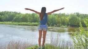 Девушка бежать вокруг в природе на песке спорт женщины в природе около образа жизни образ жизни реки стоковое фото