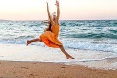 Девушка бежать вдоль прибоя Стоковые Изображения