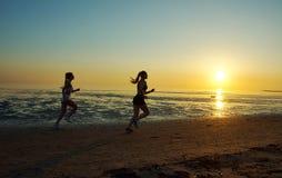 Девушка 2 бежать морем на пляже Стоковые Фотографии RF