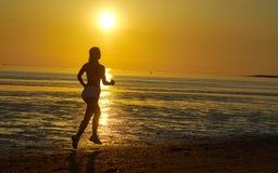 Девушка бежать морем на пляже Стоковое Изображение RF