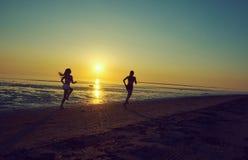 Девушка 2 бежать морем на пляже Стоковое Фото