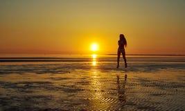 Девушка бежать морем на пляже Стоковое Изображение