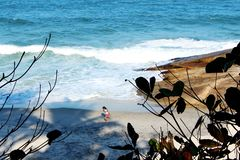 Девушка бежать на песке на пляже стоковое изображение rf