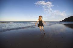 Девушка бежать на пляже Стоковые Изображения RF
