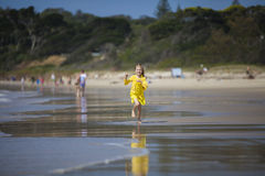 Девушка бежать на пляже Стоковая Фотография RF