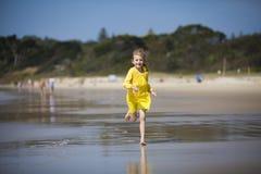 Девушка бежать на пляже Стоковая Фотография