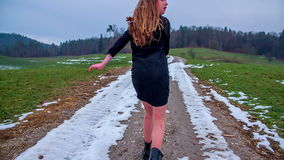 Девушка бежать прочь в холоде