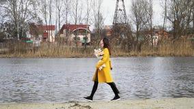 Девушка бежит в замедленном движении с букетом с розами вдоль пляжа реки, счастливого акции видеоматериалы