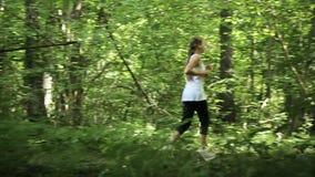 Девушка бежит на дороге в поле видеоматериал