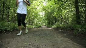 Девушка бежит на дороге в поле сток-видео