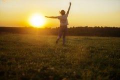 Девушка бежит против захода солнца стоковое фото rf