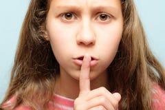 Девушка безмолвия тихая shush выражение губ пальца стоковые изображения