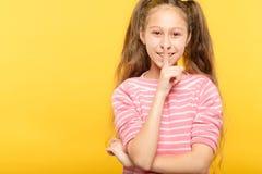 Девушка безмолвия тихая shush выражение губ пальца стоковое фото rf