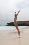 Девушка бикини на пляже карибского моря стоковые фотографии rf