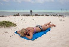 Девушка бикини на пляже карибского моря стоковая фотография