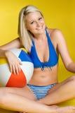 девушка бикини пляжа шарика стоковое фото