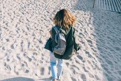 Девушка битника вид сзади с сияющими волосами коричневого цвета флаттера стоковые изображения
