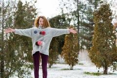 Девушка битника в связанном свитере с шариком шерстей Стоковые Изображения RF