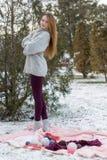 Девушка битника в связанном свитере с шариком шерстей Стоковые Фотографии RF