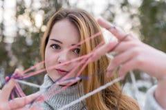 Девушка битника в связанном свитере с шариком шерстей Стоковая Фотография RF