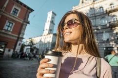 Девушка битника в солнечных очках держа кофейную чашку Стоковые Изображения RF
