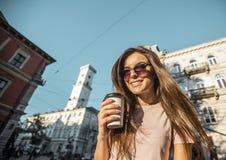 Девушка битника в солнечных очках держа кофейную чашку Стоковое Фото