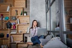Девушка битника говоря на телефоне клетки и работая на сет-книге во время времени воссоздания стоковое изображение rf