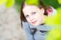 Девушка битника детенышей усмехаясь милая носит теплую серую блузку внутри стоковые фотографии rf