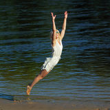 Девушка битника имея потеху на пляже стоковые фотографии rf