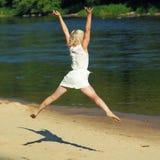 Девушка битника имея потеху на пляже стоковая фотография rf